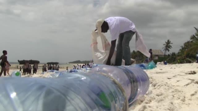 kenya on world environment day bars all single-use plastics such as water bottles and straws from its national parks, beaches, forests and other... - slit och släng bildbanksvideor och videomaterial från bakom kulisserna