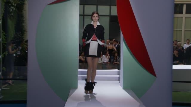 vídeos de stock e filmes b-roll de paris fashion week pretaporter spring/summer 2012 on october 02 2011 in paris france - aparelhagem de áudio