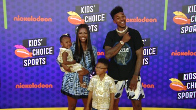 stockvideo's en b-roll-footage met keonna green navi young nick young jr and nick young at the nickelodeon's kids' choice sports 2018 at barker hangar on july 19 2018 in santa monica... - nickelodeon