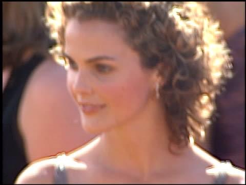 vídeos de stock, filmes e b-roll de keri russell at the 2000 emmy awards at the shrine auditorium in los angeles california on september 10 2000 - prêmios emmy