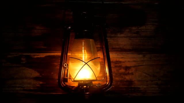 petroleumlampe mit alten holzwand - electric lamp stock-videos und b-roll-filmmaterial