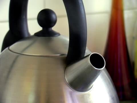 やかん沸騰する - にじみ出す点の映像素材/bロール