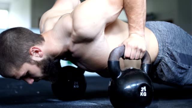 stockvideo's en b-roll-footage met kettlebell push-ups - oefeningen met lichaamsgewicht