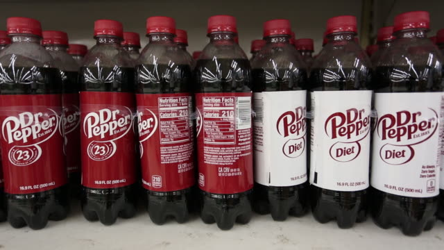 vídeos y material grabado en eventos de stock de keurig dr pepper inc soft drinks are displayed for sale on a grocery store shelf in louisville kentucky us on tuesday july 28 2020 keurig dr pepper... - escritura occidental