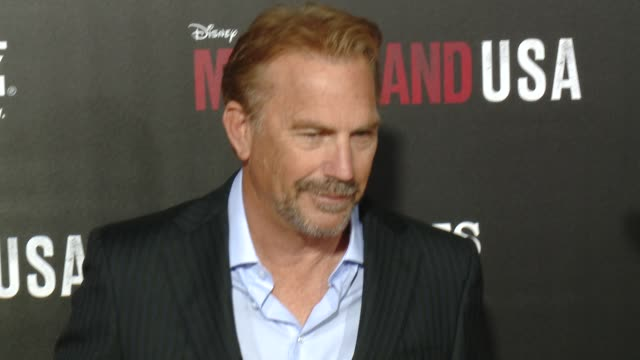 """kevin costner and family at the """"mcfarland, usa"""" los angeles premiere at the el capitan theatre on february 09, 2015 in hollywood, california. - エルキャピタン劇場点の映像素材/bロール"""