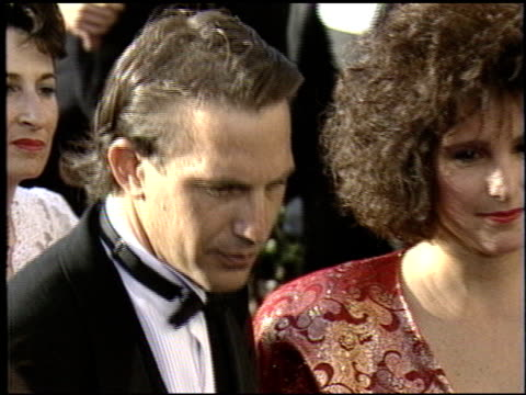 stockvideo's en b-roll-footage met kevin costner at the 1988 academy awards at the shrine auditorium in los angeles california on april 1 1988 - kevin costner