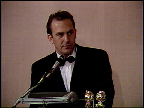 stockvideo's en b-roll-footage met kevin costner at the 1991 golden globe awards at the beverly hilton in beverly hills california on january 19 1991 - kevin costner