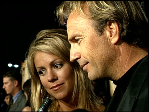 stockvideo's en b-roll-footage met kevin costner at the '3000 miles to graceland' premiere at grauman's chinese theatre in hollywood california on february 21 2001 - kevin costner