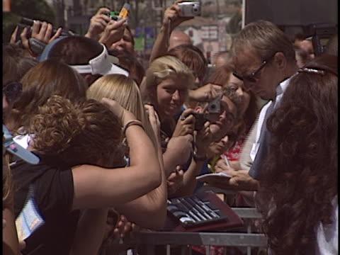 vídeos y material grabado en eventos de stock de kevin costner at the kevin costner walk of fame star at hollywood in hollywood, ca. - autografiar