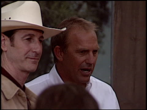 stockvideo's en b-roll-footage met kevin costner at the 'open range' premiere at the cinerama dome at arclight cinemas in hollywood california on august 11 2003 - kevin costner