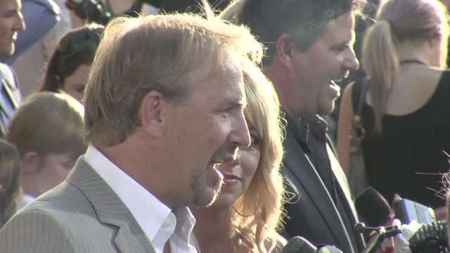 stockvideo's en b-roll-footage met kevin costner at the 'swing vote' premiere at los angeles ca - kevin costner