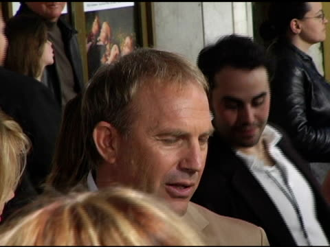 stockvideo's en b-roll-footage met kevin costner at the 'the upside of anger' los angeles premiere at the mann national theatre in westwood california on march 3 2005 - kevin costner
