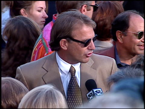 stockvideo's en b-roll-footage met kevin costner at the 'tin cup' premiere at the mann village theatre in westwood california on august 1 1996 - kevin costner