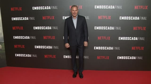 stockvideo's en b-roll-footage met kevin costner attends the highwaymen movie in madrid and poses at the photocall - kevin costner