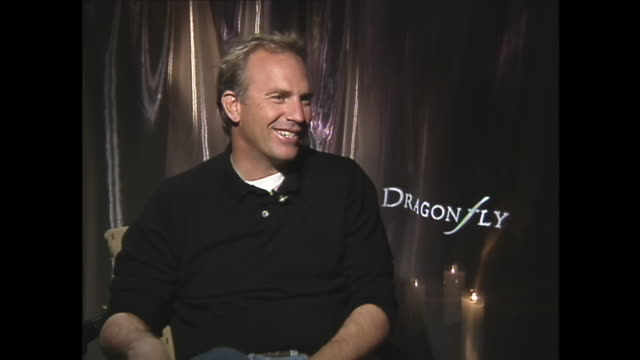 kevin costner breaks over silly question - colpevolezza video stock e b–roll
