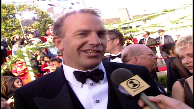 kevin costner discussing soundtracks on the 71st academy awards red carpet - oscarsgalan 1999 bildbanksvideor och videomaterial från bakom kulisserna