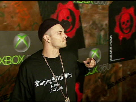 kevin federline at the xbox 360 gears of war launch at hollywood forever cemetery in los angeles, california on october 25, 2006. - ギアーズオブウォー点の映像素材/bロール