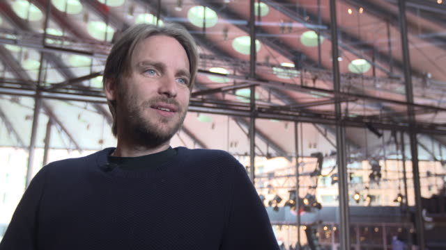 vidéos et rushes de interview kevin ford on nuclear weapons being a tool for controlling life and on small held nuclear bombs at berlin film festival 'the bomb '... - bombe atomique