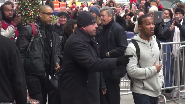 kevin hart leaves the good morning america show and signs autographs for fans in new york city - celebrity sightings in new york city, ny on 12/16/13 - 親筆簽名 個影片檔及 b 捲影像