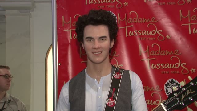 vídeos de stock e filmes b-roll de kevin jonas at the jonas brothers unveil their wax figures at madame tussauds new york at new york ny - madame tussauds