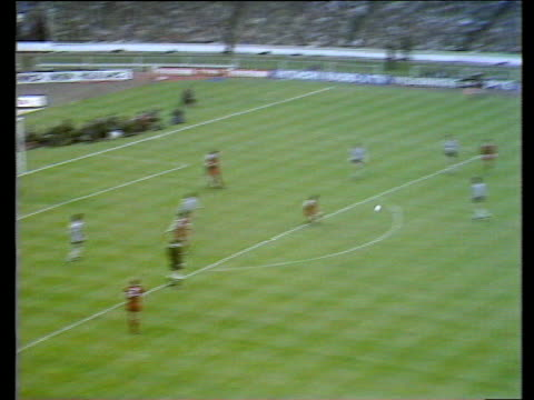 vidéos et rushes de kevin keegan picks up crossed ball controls and flicks up with first touch and volleys into the net from 20 yards liverpool fans celebrate goal... - gardien de but