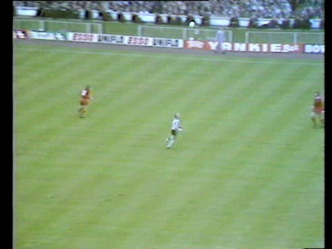 kevin keegan steals in at back post to score from tommy smith cross liverpool vs newcastle united 1974 fa cup final wembley london - liverpool england stock-videos und b-roll-filmmaterial