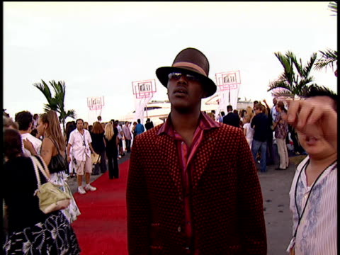 kevin lyttle walking down the 2004 mtv video music awards red carpet. - 2004 stock-videos und b-roll-filmmaterial