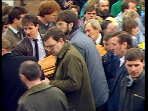 vídeos y material grabado en eventos de stock de belfast ext tms mourners gathered outside mccracken house tricolour flying from window cms gerry adams others carry coffin pan cms woman crying cms... - boina