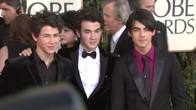 vídeos y material grabado en eventos de stock de kevin nick and joe of the jonas brother at the 66th annual golden globe awards arrivals part 6 at los angeles ca - 2009