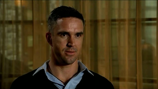 kevin pietersen launches autobiography; england: manchester: int kevin pietersen set up shot with reporter / interview sot - - it got to breaking... - biografia video stock e b–roll