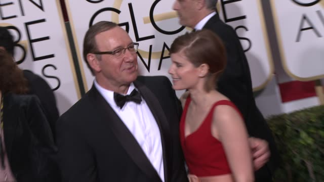 vidéos et rushes de kevin spacey and kate mara at the 72nd annual golden globe awards - arrivals at the beverly hilton hotel on january 11, 2015 in beverly hills,... - the beverly hilton hotel
