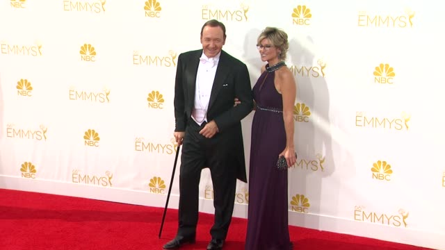 vídeos de stock, filmes e b-roll de kevin spacey at 66th primetime emmy awards arrivals in los angeles ca - gravata borboleta