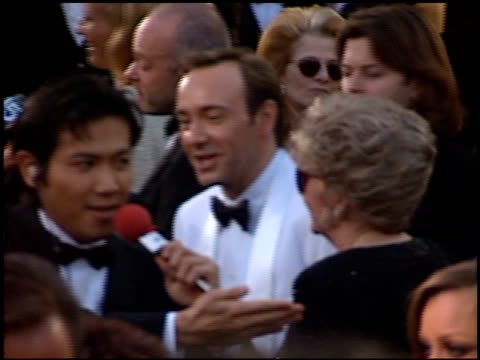 kevin spacey at the 1996 academy awards arrivals at the shrine auditorium in los angeles, california on march 25, 1996. - 第68回アカデミー賞点の映像素材/bロール