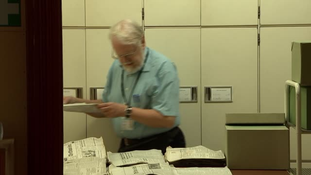 kew gardens herbarium; england: surrey: richmond: royal botanic gardens : herbarium: int staff member working at computer / various shots of samples... - チャールズ・ダーウィン点の映像素材/bロール