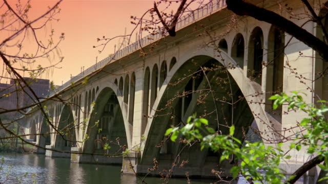 stockvideo's en b-roll-footage met key bridge over potomac at twilight / washington, dc - opeenvolgende serie