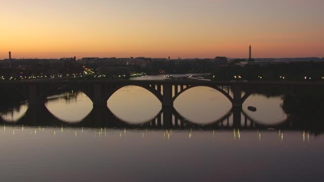 vídeos y material grabado en eventos de stock de ws aerial pov key bridge over potomac river, kennedy center and washington monument in distance / washington dc, united states - río potomac