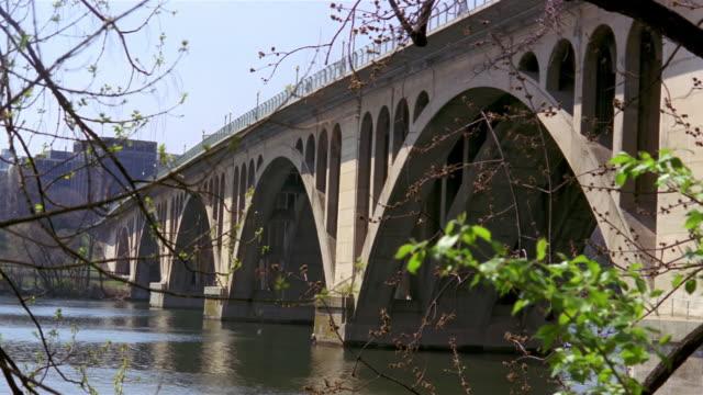 stockvideo's en b-roll-footage met key bridge over potomac river / washington, dc - opeenvolgende serie
