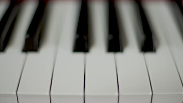 vídeos y material grabado en eventos de stock de teclas de piano - piano