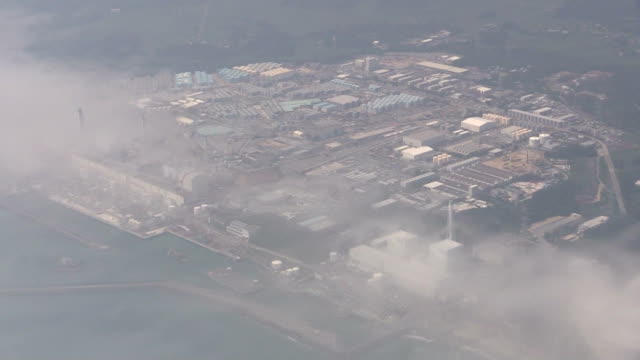 key piece of debris was successfully removed sunday from a damaged reactor at the fukushima daiichi nuclear power plant, clearing the way for the... - 原子力発電所点の映像素材/bロール