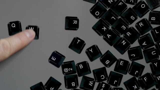 tastatur kühlschrankmagneten spellimg ob mit qwertz-system - ausgefranst stock-videos und b-roll-filmmaterial