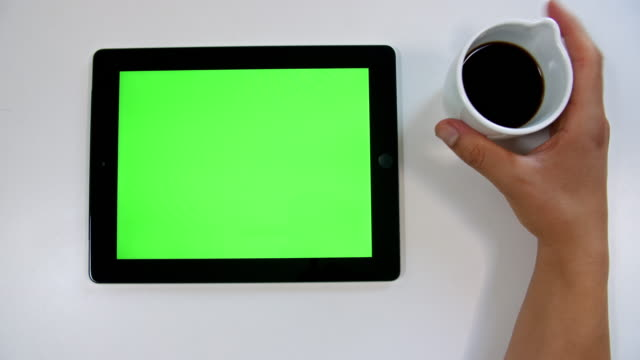 stockvideo's en b-roll-footage met 4k keying: tablet apparaat van bovenaf - table top view