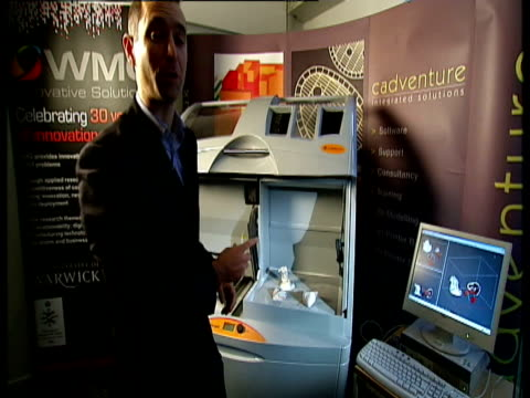 vídeos y material grabado en eventos de stock de keyring design being taken out of 3d printer and held up reporter to camera west midlands: 3d printer close shot of outline of human heart in bed of... - pelvis