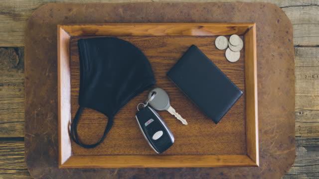 テーブル上のキーとマスク - 車のキー点の映像素材/bロール