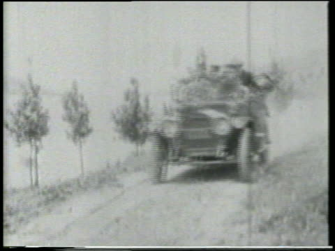 stockvideo's en b-roll-footage met b/w 1915 keystone kops stopping + getting out of car + pointing to something offscreen / feature - 1915