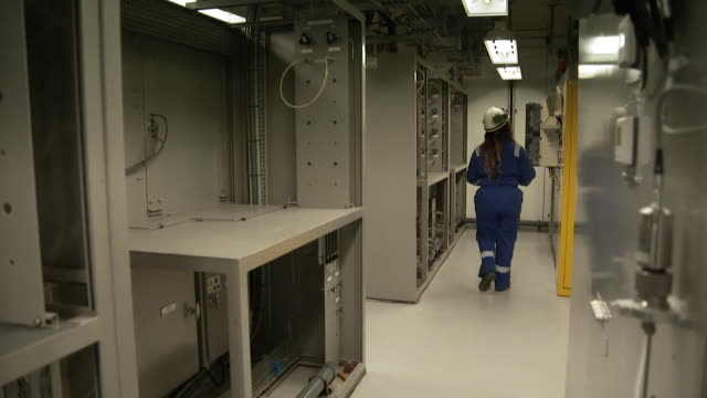 keyworkers working inside sizewell b nuclear power station in suffolk, so electricity continues to be supplied to uk homes during coronavirus crisis - kernenergie stock-videos und b-roll-filmmaterial