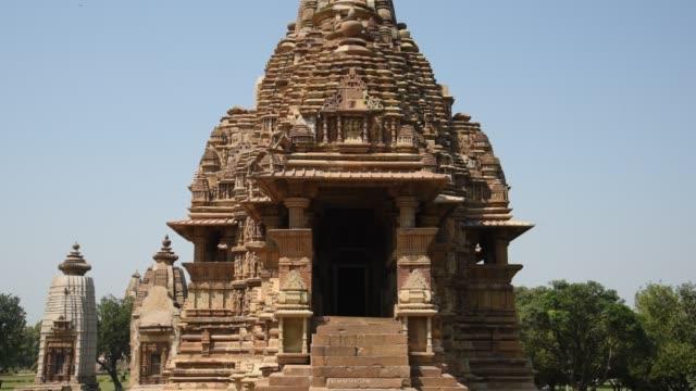 khajuraho temple, india, unesco world heritage site. - tempio video stock e b–roll