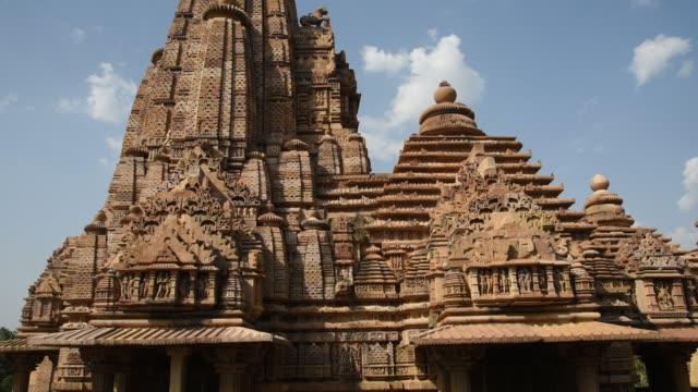 khajuraho temple, india, unesco world heritage site. - 砂岩点の映像素材/bロール