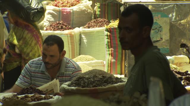 vídeos de stock, filmes e b-roll de khan al khalili souk, cairo, egypt - spice traders - egito