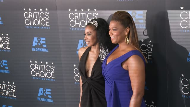khandi alexander and queen latifah at the 2015 critics' choice television awards at the beverly hilton hotel on may 31, 2015 in beverly hills,... - 放送テレビ批評家協会賞点の映像素材/bロール