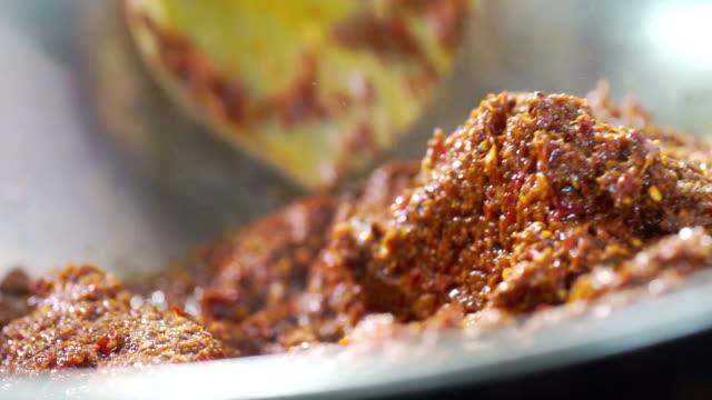 カオ ・ ソイのレシピ、攪拌、鉄フライパンで香りまでイエロー カレー ペーストを解雇しました。 - カレー料理点の映像素材/bロール